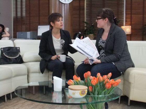 Interview, Livia Stoianova, canapé, fleur, feuilles, table, tv