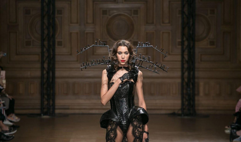 robe noir habillée par mannequin de la maison on aura tout vu defile couture