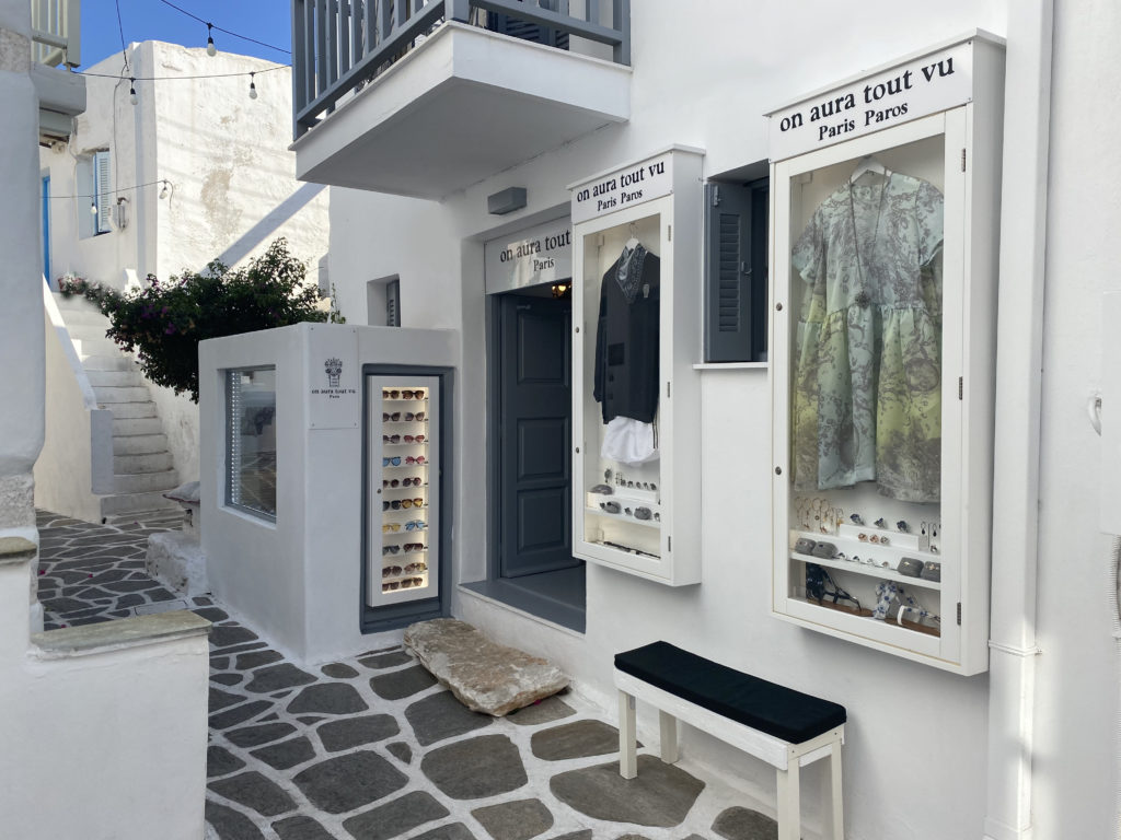 front of the on aura tout vu store in naoussa paros